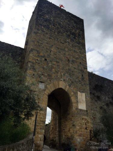 モンテリッジョーニ 門