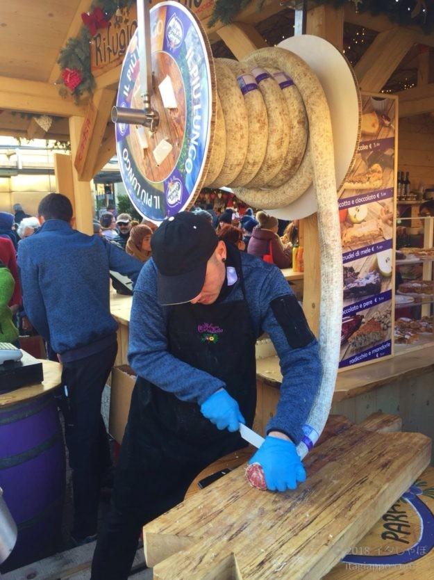 クリスマスマーケットの実演販売「巨大サラミ」