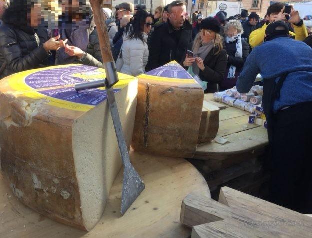 クリスマスマーケットの実演販売「巨大チーズ」